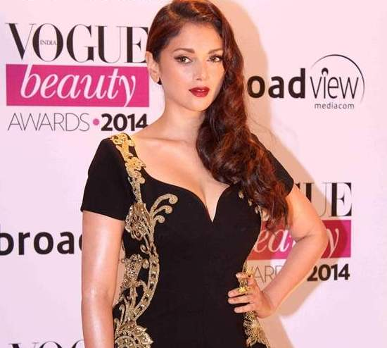 Aditi Rao Hydari Hot Cleavage Shows Pics in Black One Piece Dress at Vogue Beauty Award 2014 in Mumbai.jpg
