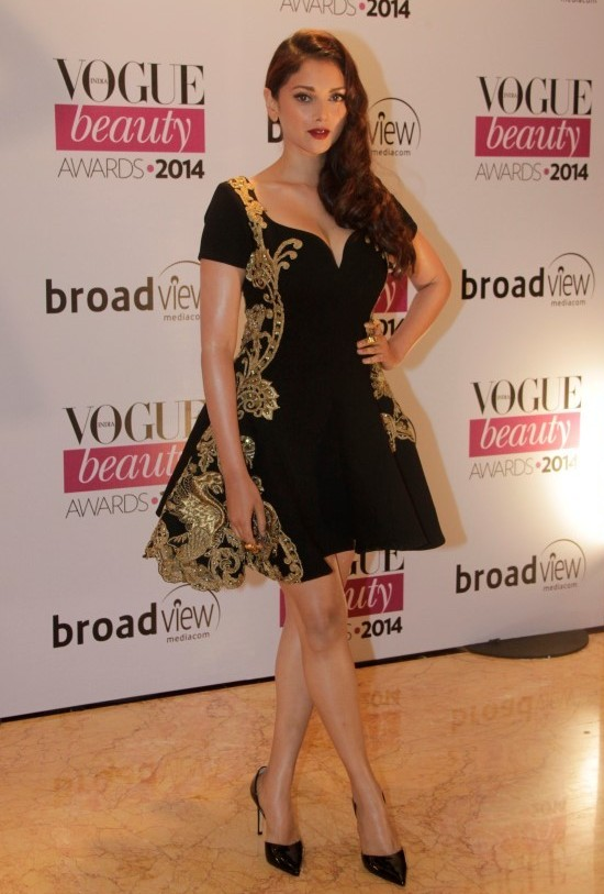 Aditi Rao Hydari Hot Pics in Black Frock at Vogue Beauty Award 2014.JPG