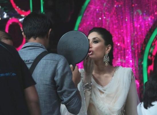 Kareena Kapoor doing her own Make Up at Singham Returns Promotions on Jhalak Dikhhla Jaa 2014