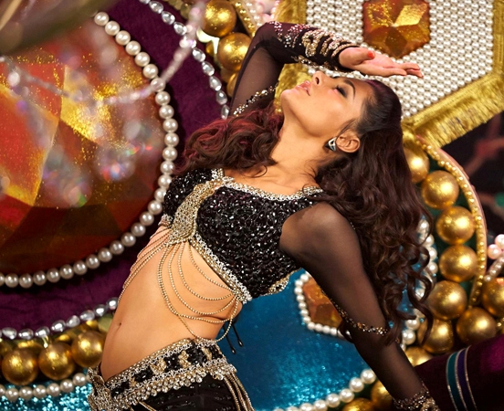 Nargis Fakhri Hot Navel in Dhating Naach Item Song of Phata Poster Nikla Hero