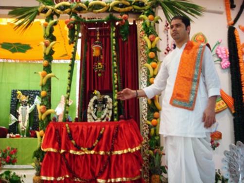 Nathdwara Temple Hindola Darshan in Gujarat