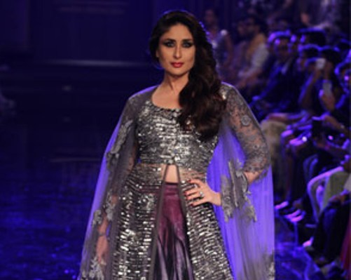 Kareena Kapoor Hot Navel Pics in Purple Lehenga at Lakme Fashion Week 2014