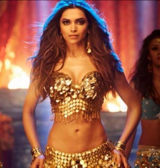 Hot Cleavage Photos of Deepika Padukone in Happy New Year Movie 2014