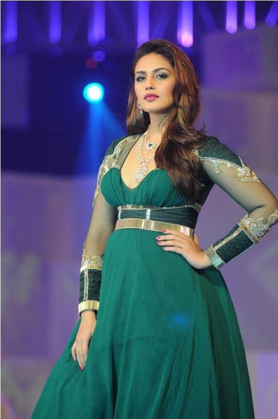 Huma Qureshi Walks the Ramp at India Bullion and Jewelers Association (IBJA) Awards 2014 Mumbai