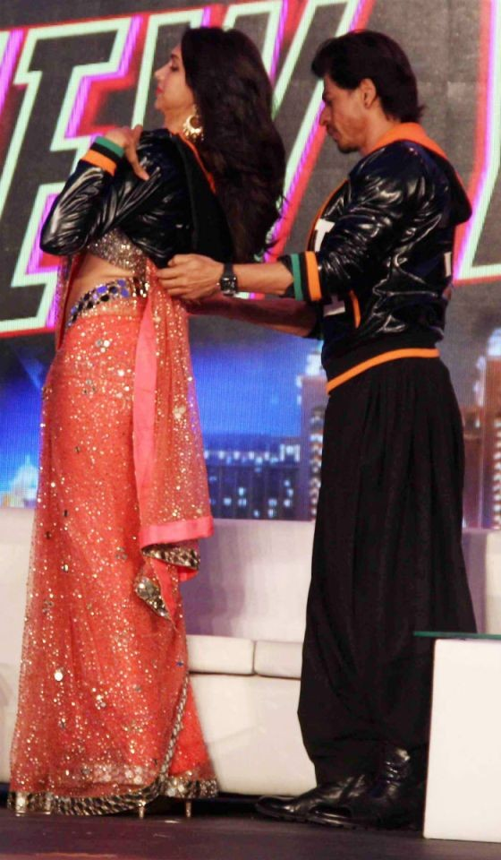 Wow….Shahrukh Khan Closing Hook of Deepika Padukone Black Jacket during Happy New Year Promotion