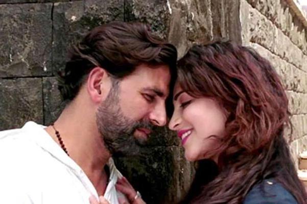 Akshay Kumar and Shruti Hassan Kiss in Gabbar is Back Hindi Movie