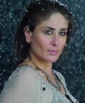 Kareena Kapoor Hot Look in Wet Costumes during Rain Song Teri Meri Kahani in Gabbar Is Back Movie