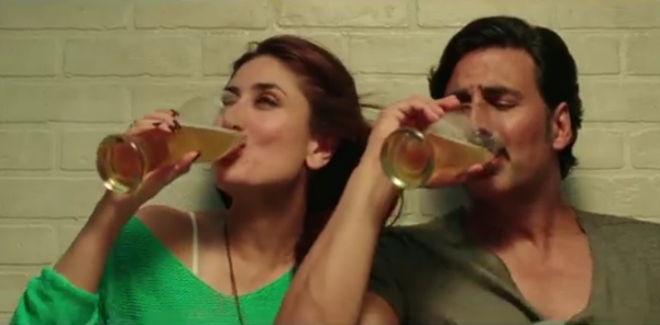 Kareena Kapoor and Akshay Kumar Drinking Alcohol in Gabbar is Back Movie