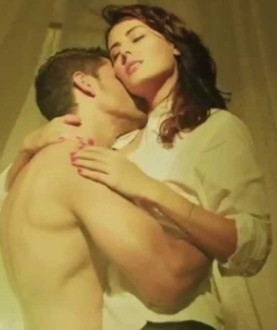 Bhaag Johnny Movie Hot Kissing Bed Scene Photos - Kunal Khemu and Mandana Karimi Lip Lock Pics